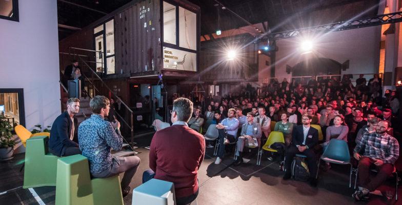 Speaker auf der Bühne vor Publikum am Demo Day vom GROW-Programm des >SMART> GREEN ACCELERATOR
