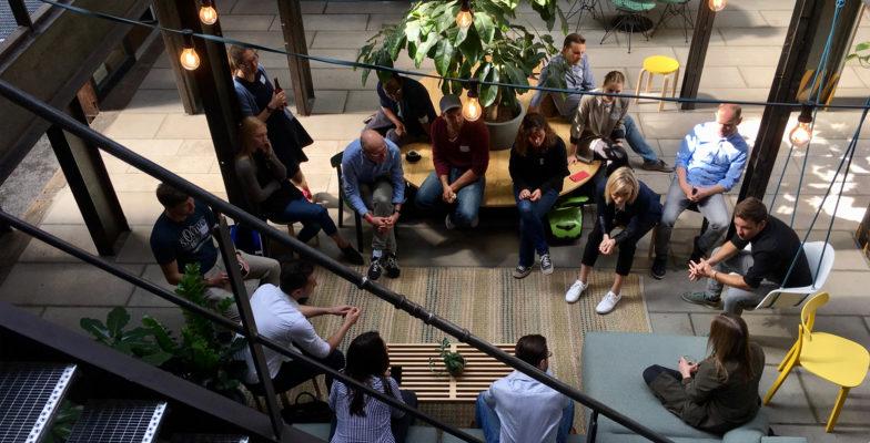 Teams tauschen sich im Rahmen des SEED-Programms vom >SMART> GREEN ACCELERATOR in lockerer Atmosphäre aus